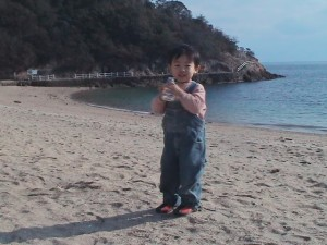 仙酔島の浜でヒデ