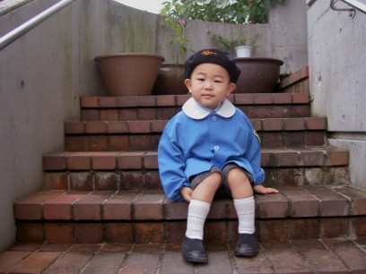 家の玄関で幼稚園に出かけます