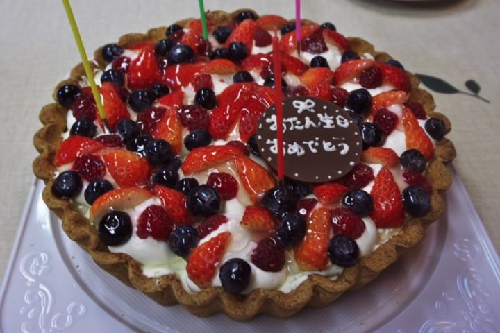 大きなタルトのケーキ 全員でも食べきれない