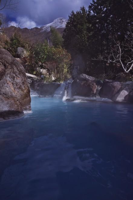 由布院 庄屋の館 コバルトブルーの青湯 樹氷の由布岳を望みながら