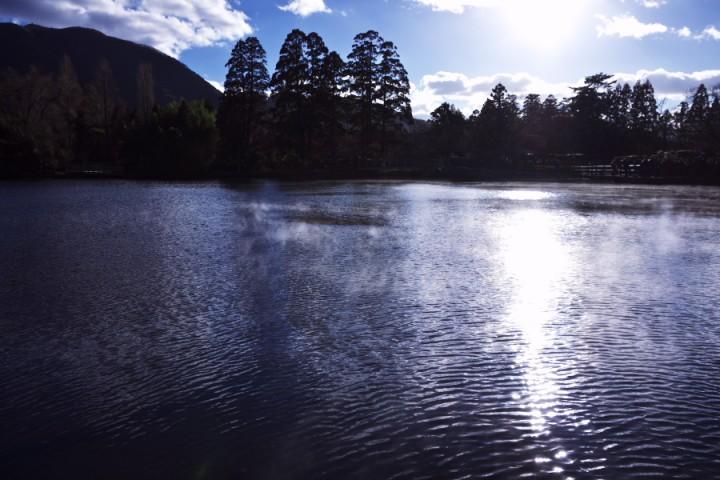 湯気の上がる銀鱗湖畔 下の湯へ