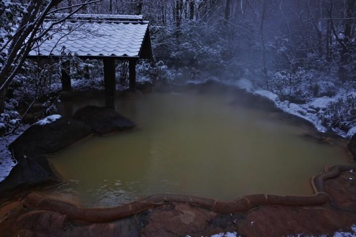 雪でますます風情が出ているこぶしの湯