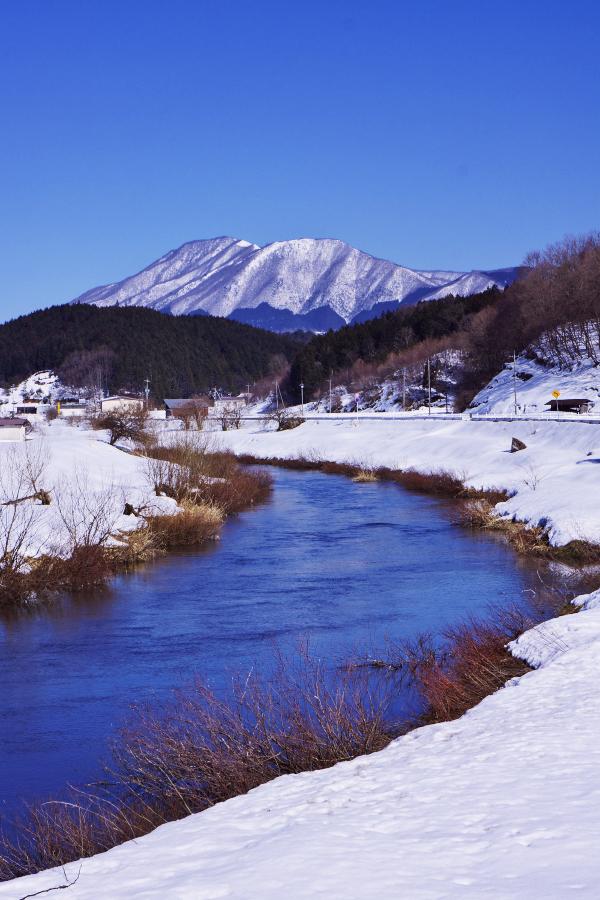 雪の神之瀬川から毛無山を眺める