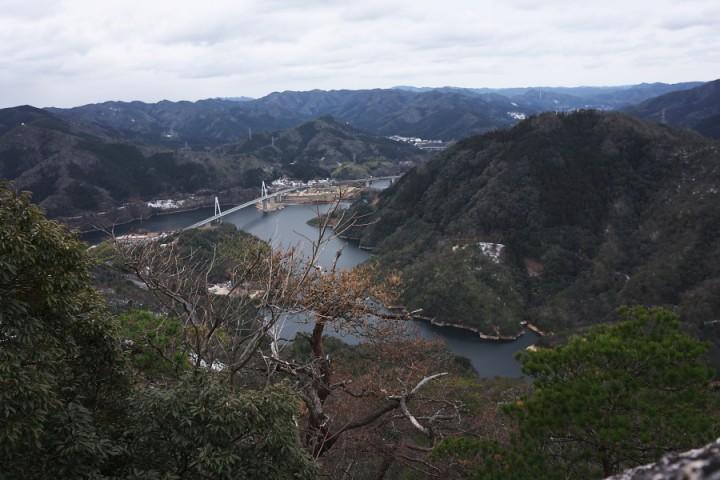 黒滝山の登りの途中で振り返ると弥栄ダム湖が見えます