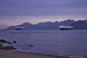 沖には自動車運搬船が停泊