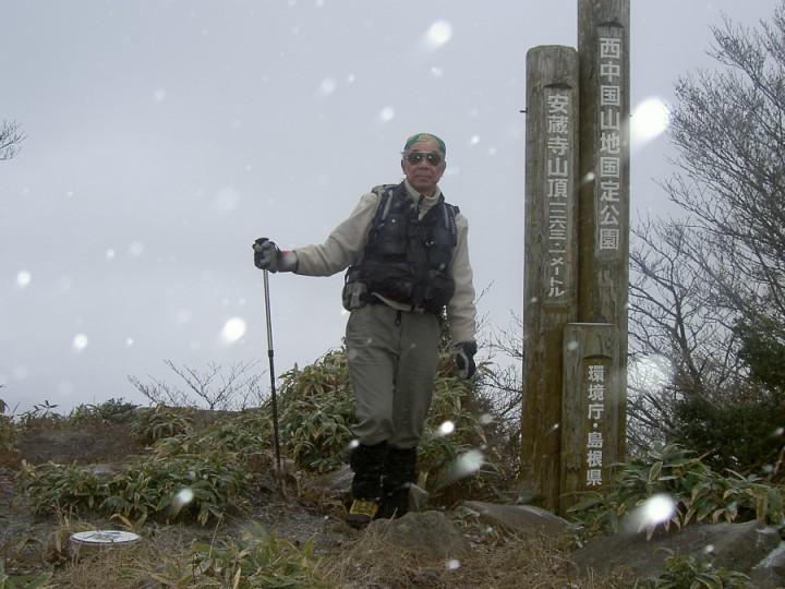 安蔵寺の山頂では雪が降ってきました