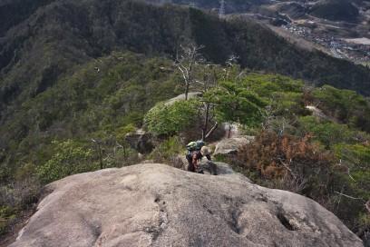 9:37 岩場をNGIさんが登ってきます