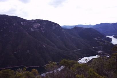 対岸には黒滝山が見える