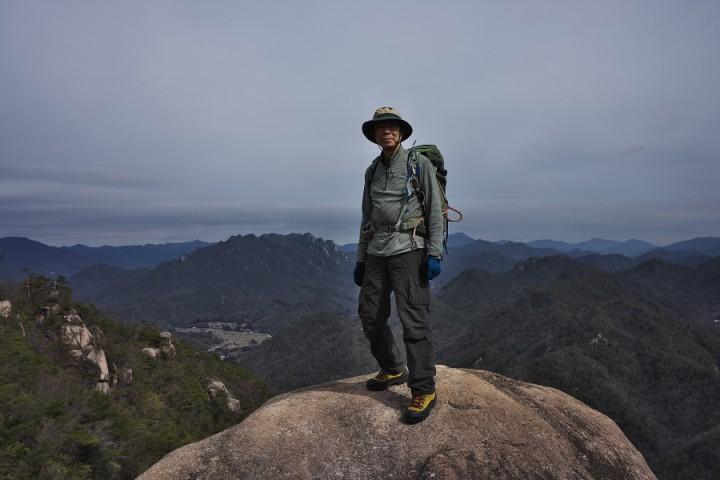大師山への兎岩にて 背景に三倉岳