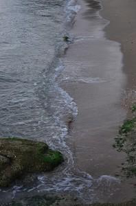 日陰になった海岸の砂浜