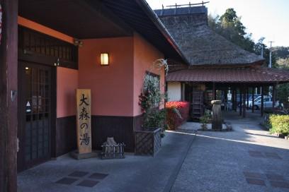 ベンガラ色の外壁 隣は食事処