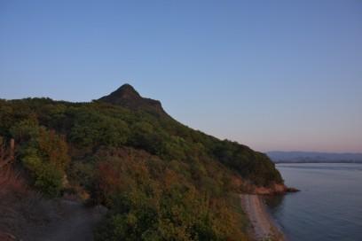 長崎鼻から下ってきた屋島北嶺を見上げる