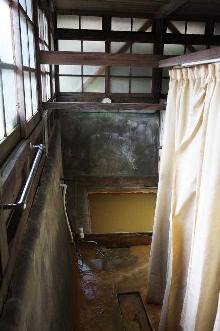 横のカーテンには男女共用の五右衛門風呂がある