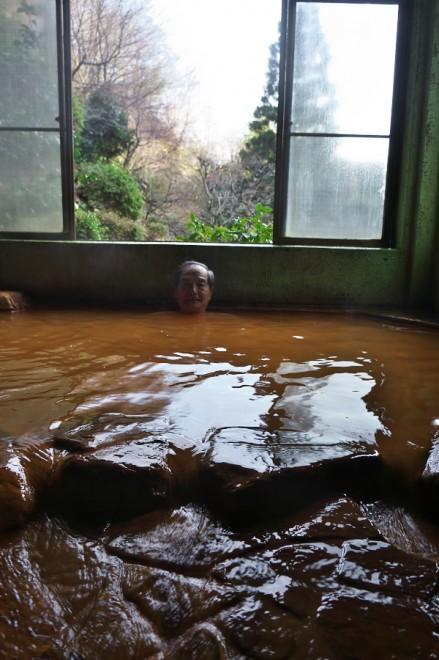 大量の源泉が浴槽に注がれてオーバーフロー
