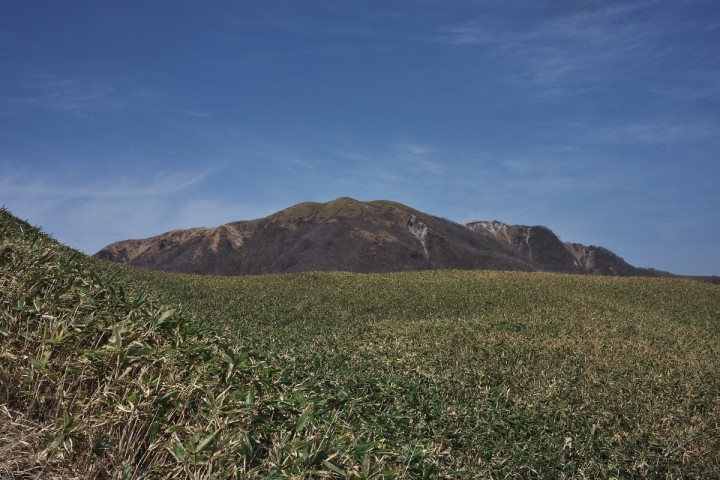 小三瓶の草原から主峰男三瓶を眺めます まだ雪が解けたばかりで草原はこれから色づきます