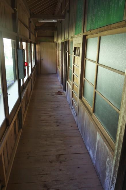 長い廊下の右手に浴室があります
