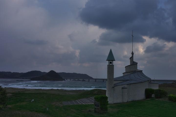 西長門教会と角島 朝の散歩時には風が強く小雨が吹き付ける
