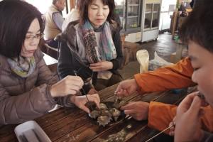 海女小屋で日本海のサザエを食べる