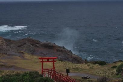 日本海の波が30mの断崖を駆け上がります