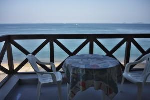 部屋には海が見えるバルコニー