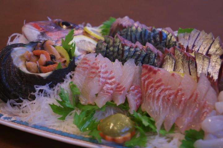 夕食の刺身は絶品だった 鯵と鯛とタコとサザエ