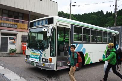 平岩には蓮華温泉行きのバスが待っている