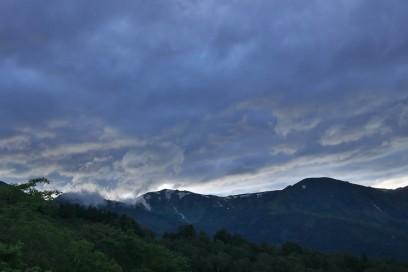 山に日が落ちるが雲で夕焼けは見えない