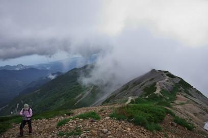 11:48 小蓮華山への尾根道を登る ガスが出始める