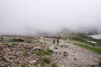 14:54 ガスの下に白馬山荘が見えれ来ました