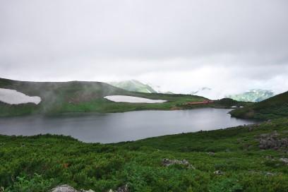 白馬大池には雪渓が残っている