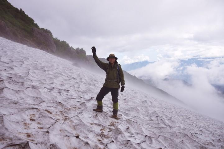 白馬乗鞍から天狗原への下りにある雪渓