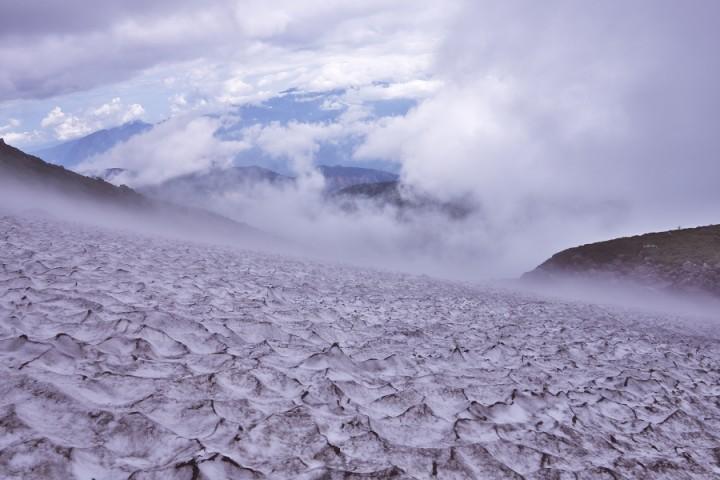 スプーンカットの雪渓を横断