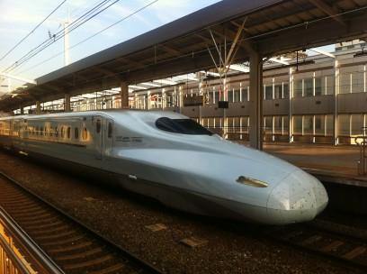小倉駅で新幹線を待つ