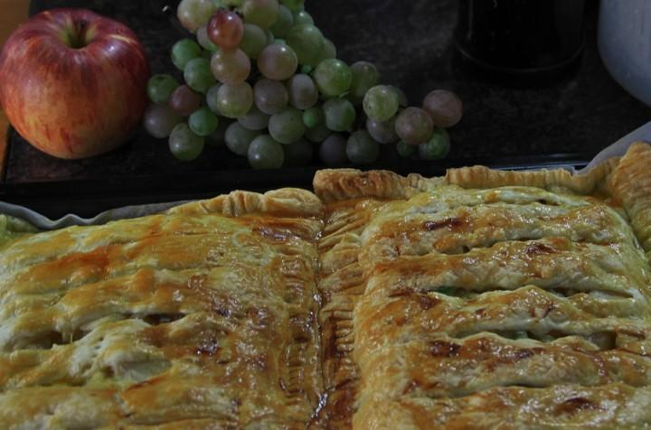 頂き物のリンゴと我が家の葡萄 特大のアップルパイ