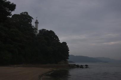 宇品の灯台と海岸 釣り人も少ない