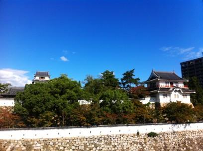 福山城は駅の横、快晴ですね