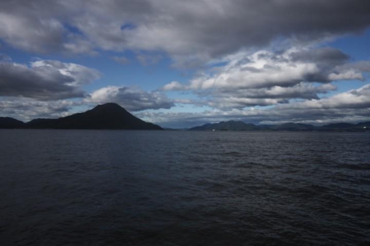 台風18号が通過しましたが、広島湾はまだ雲が多い 似島(安芸小富士)と隣は厳島