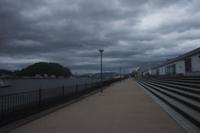 宇品の遊歩道には誰もいない 雲が台風接近を知らせている