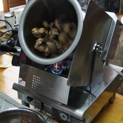 順調に牛スジは炒めてゆきますね