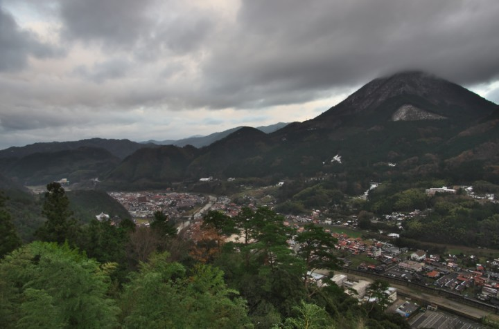 津和野城本丸跡からの町並みと青野山