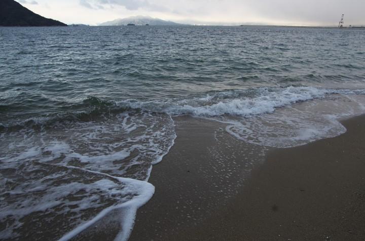 少し風があるのか波が高い 冷たい冬の海