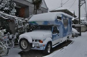 キッチンカーも雪の中
