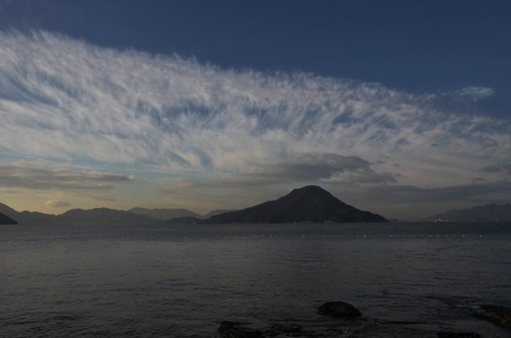 似島を背景に雲が素晴らしい、広島湾は静かで暖かい