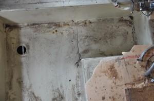 水タンクを支える床のFRPが破損している