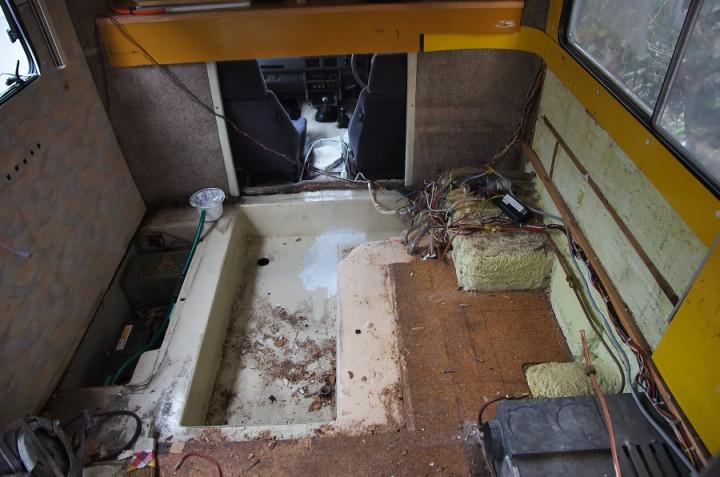 半分解体したロデオの内部 中央は水タンクのピット