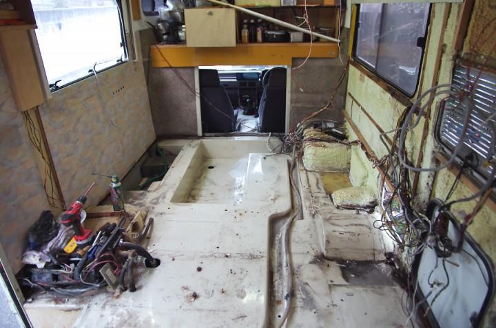 床まわりの内装をすべて解体