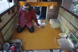 床材を張ります