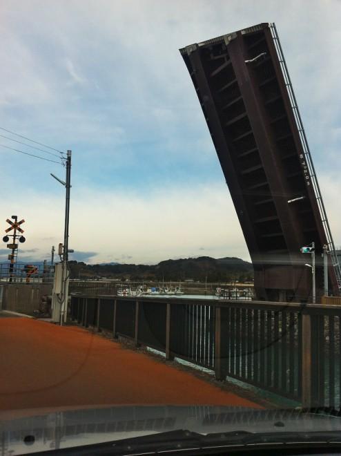 手結漁港の出口にある可動橋、かなり変わっている