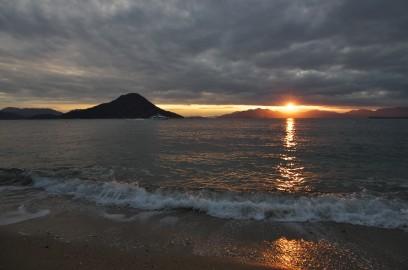 寒くて夕闇迫る海岸の散策で気分がすっきり