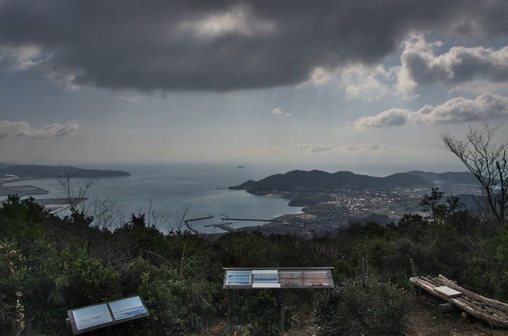 大海山(亀尾山)標高324.6m 秋穂湾の先に周防灘が広がる